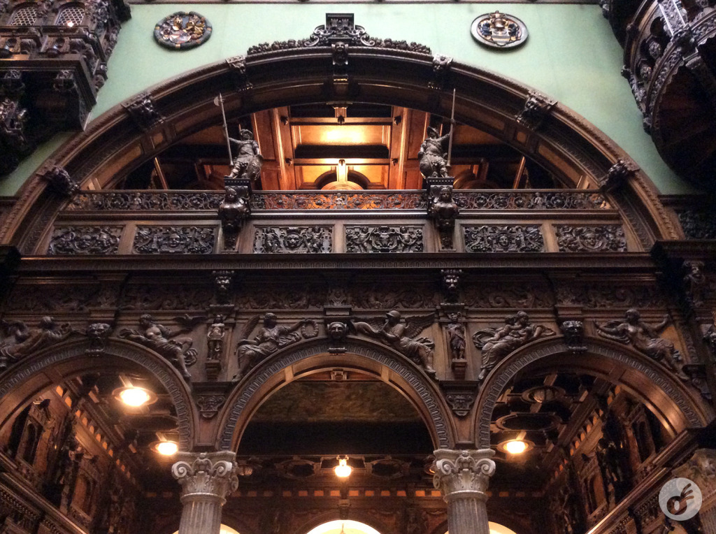 Um dos detalhes do salão central, que é incrível