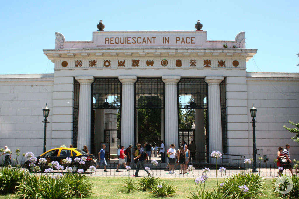 A bela entrada do cemitério da Recoleta...