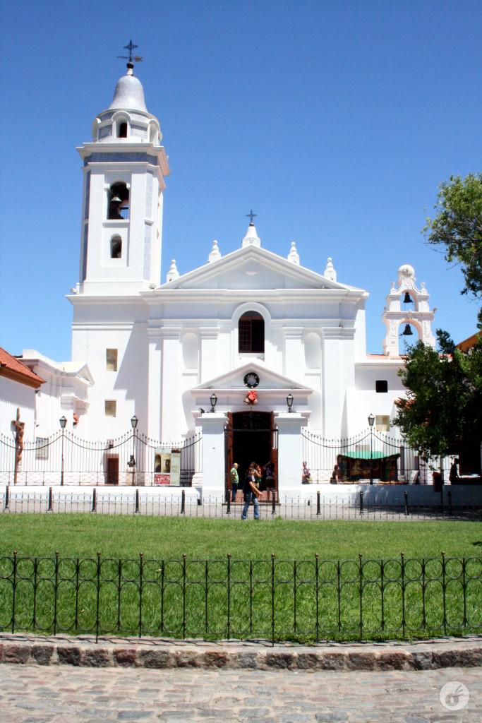 A Basílica fica logo ao lado do cemitério.