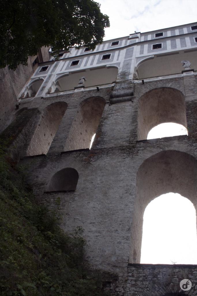 As muralhas do castelo, vistas de baixo.