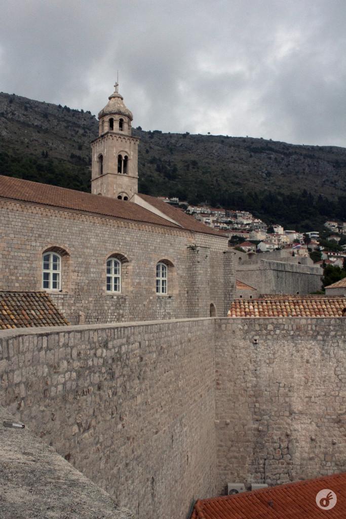 A altura dos muros abraça as residências em alguns pontos da cidade.