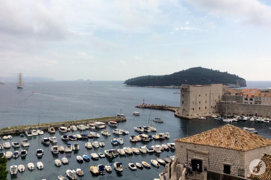 A visão do Adriático e da Marina, de cima de um dos pontos da muralha.