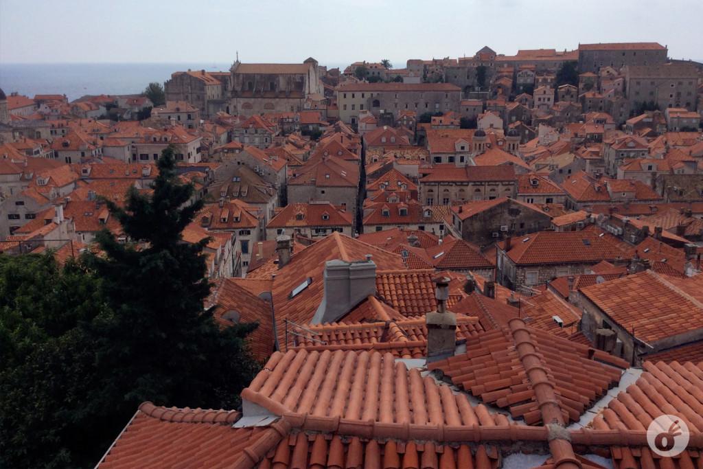Os telhados estão sendo restaurados, com sua coloração original...