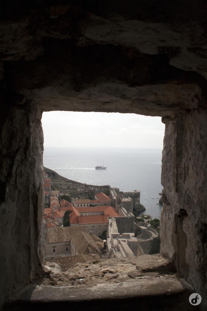 A visão de um trecho da muralha e o Mar Adriático, de um dos pontos mais altos da cidade.