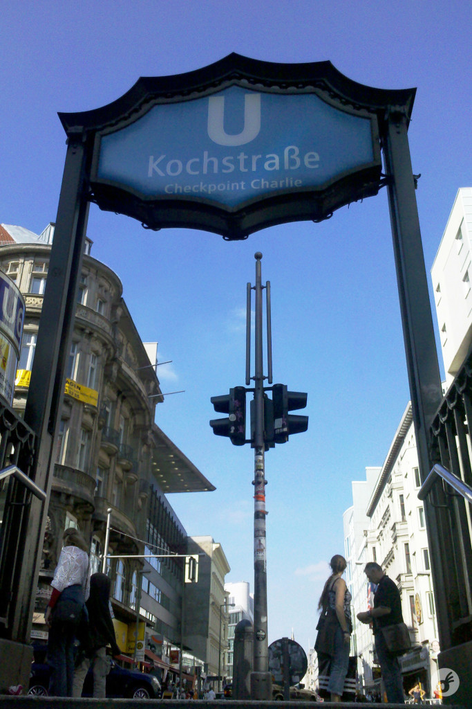 E na saída da estação Kochstraße...