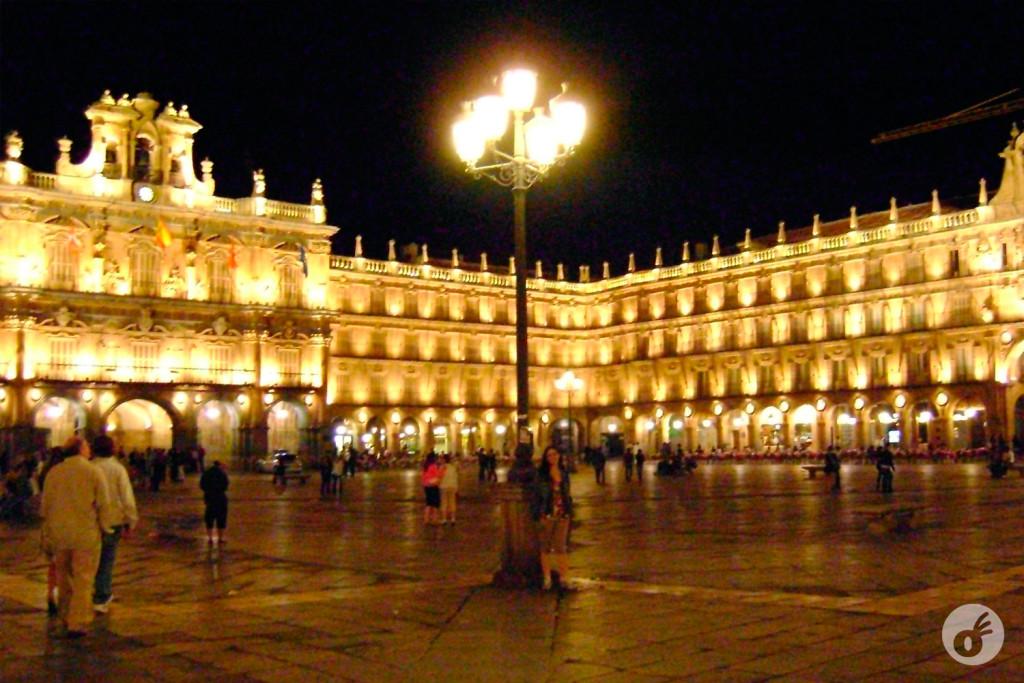 Tirando foto na praça central de Salamanca pra esquecer que a gente não tinha onde dormir.