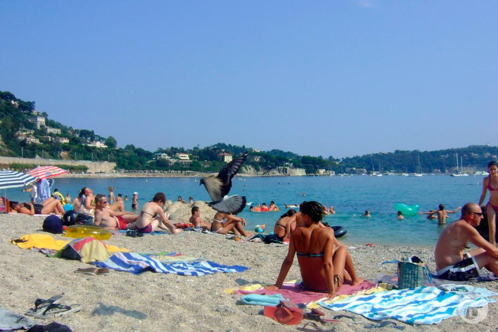 """Tudo lindo, tudo maravilhoso na Côte d'Azur. Até que descobrimos que a praia era de """"pedrinhas"""". Nada de areia, pedra quente."""