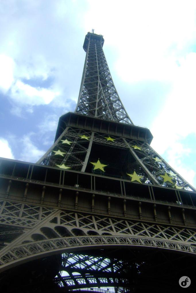 Dica: nós amamos Paris e a Torre Eiffel, mas a melhor coisa é vê-la de fora. Ficamos 5 horas na fila pra subir. Compre sua baguete e faça um piquenique embaixo dela que é bem mais legal.