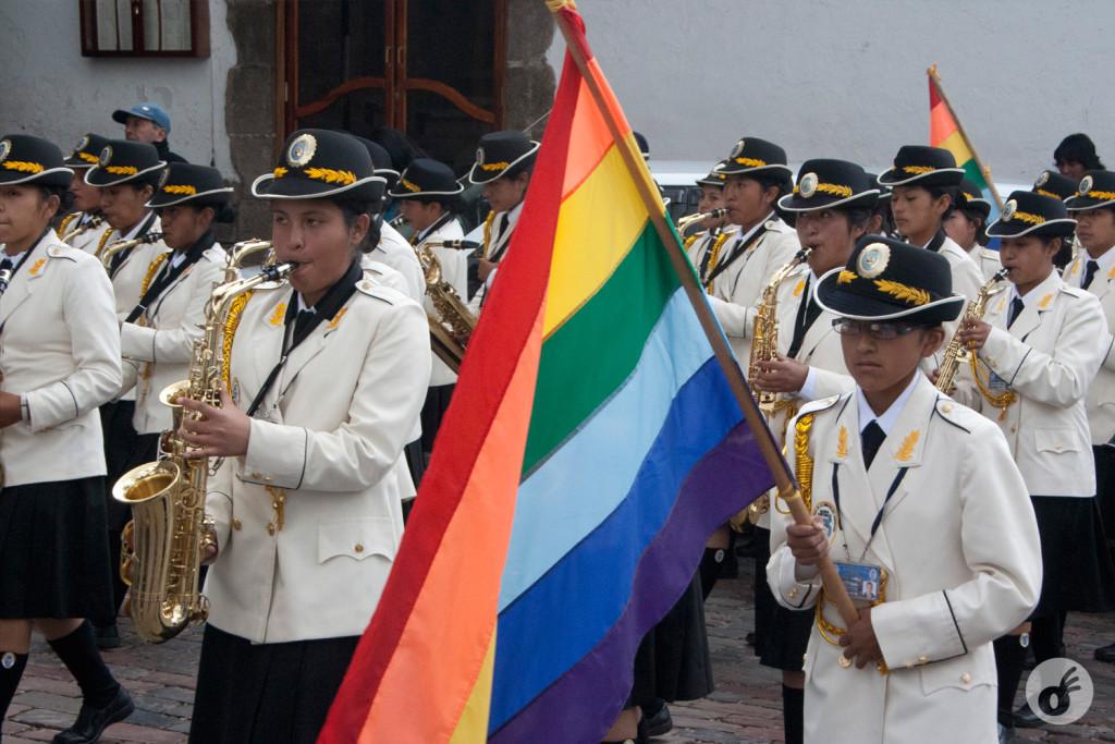 A bandeira faz parte de todos os eventos pátrios peruanos.