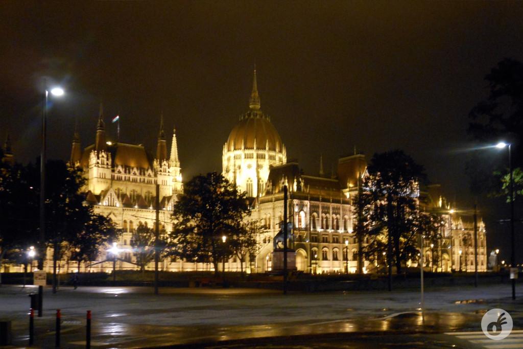 Se não fossem as capas do Anton, não teríamos tido nossa primeira (e acachapante) impressão do prédio mais bonito que já vimos na vida: o Parlamento de Budapeste.