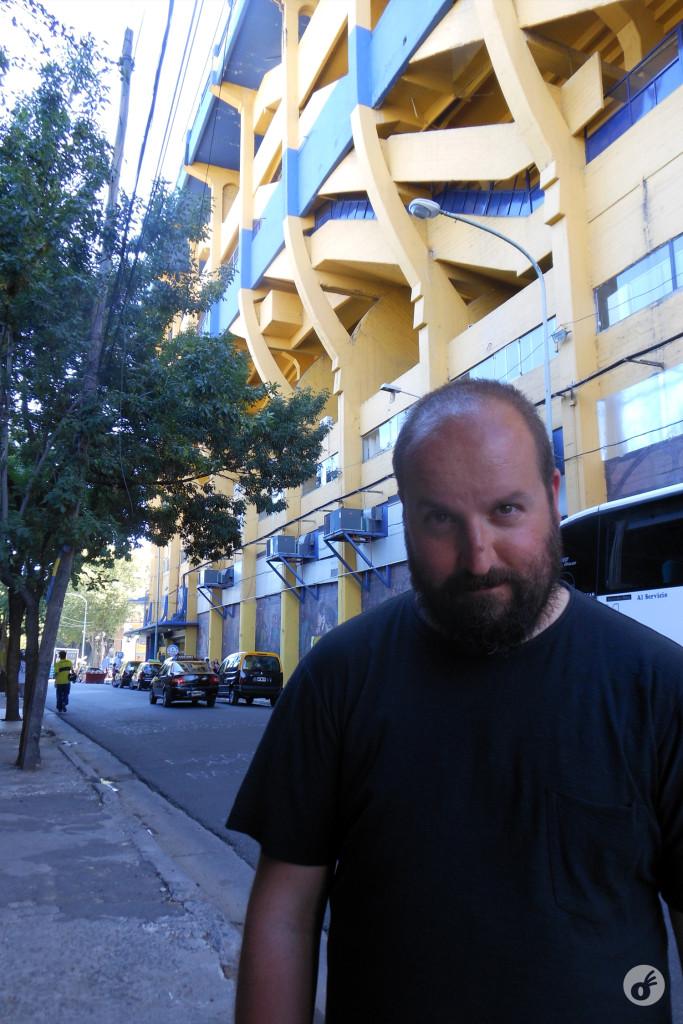 Uma paredão em azul e amarelo. Bem-vindos à Bombonera.