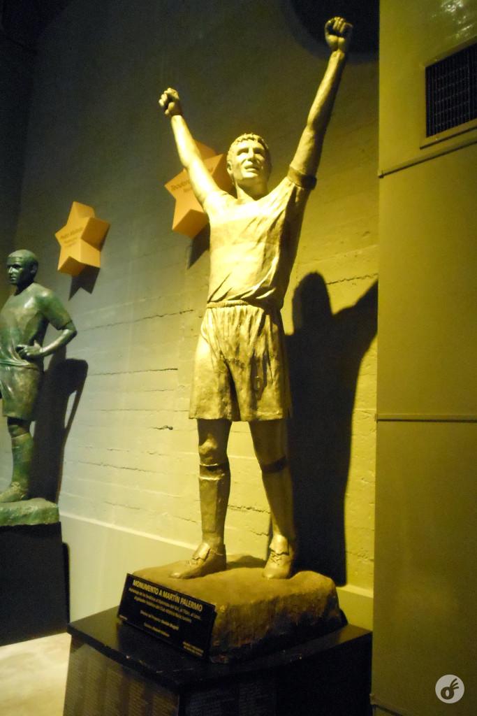 Um cara que perde três pênaltis num mesmo jogo merece mesmo uma estátua.