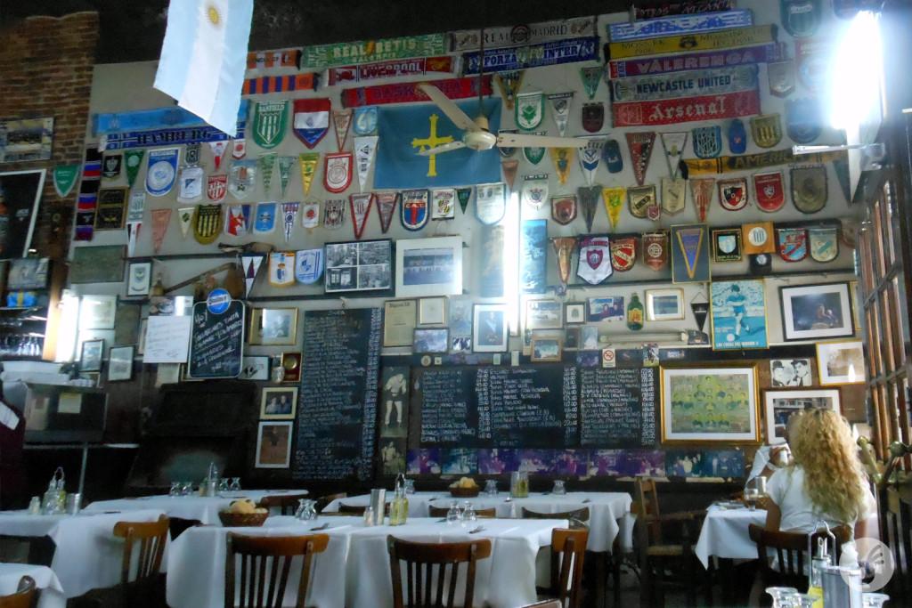 Um restaurante tradicional, num reduto de torcida, com uma parede de verdade.