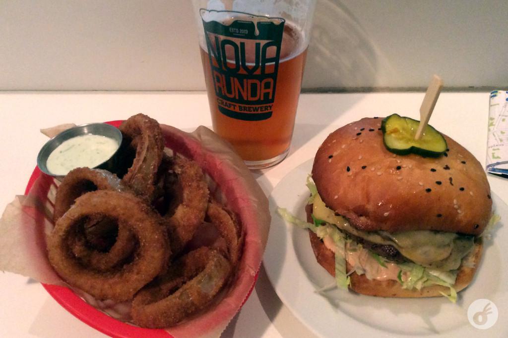 ...um hamburgão e uma cerveja artesanal pra darem um calor à noite.