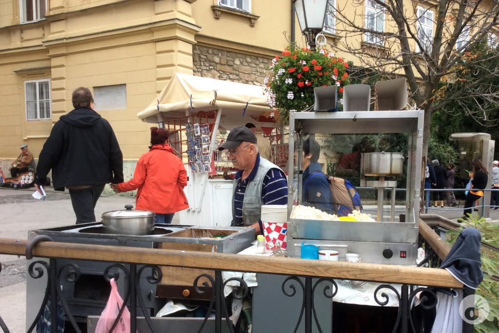 ...enquanto a Dé garantia a pipoquinha croata da manhã...