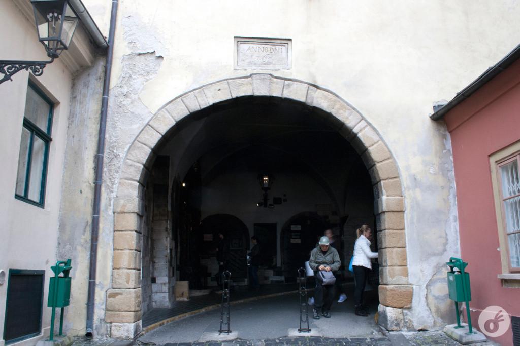 Stone Gate: menor que a sala aqui de casa, é exatamente essa curvinha aí.
