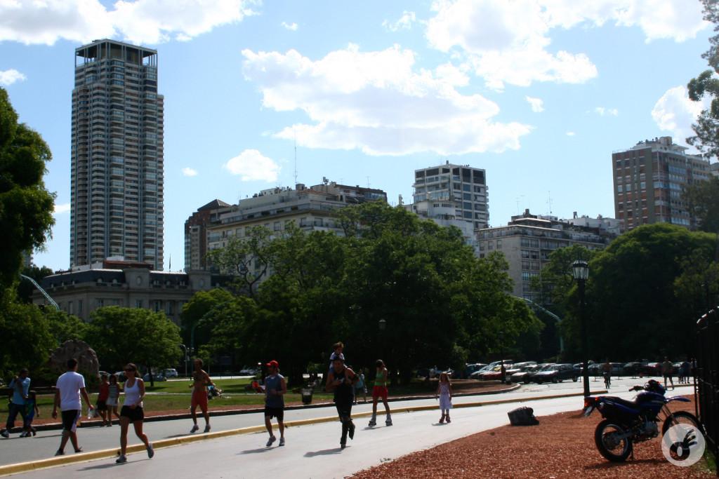 Parques, praças e muita, muita gente.