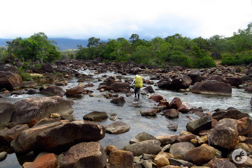 Ricky, atravessando e se preparando pra nos ajudar em um dos rios.