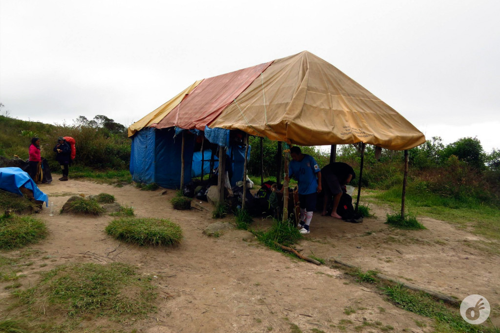 A tenda, onde serviriam almoço e jantar pra gente.