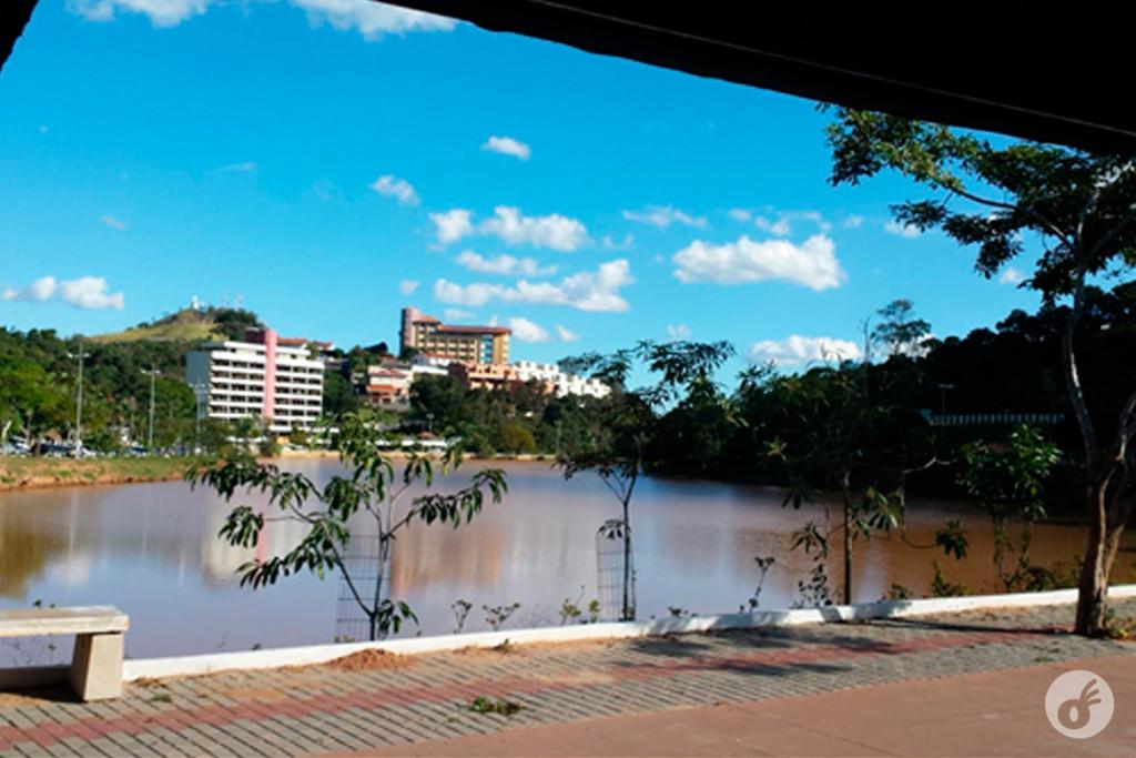Águas de Lindóia: Praça Adhemar de Barros, a principal da cidade, foi projetada por Burle Marx.