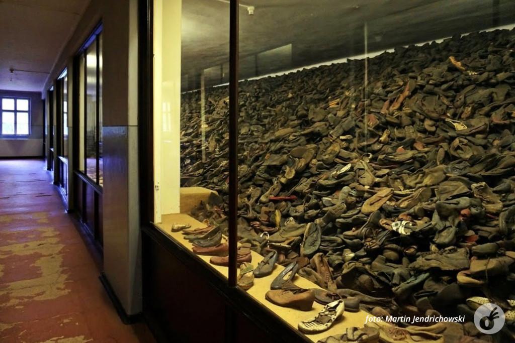 Os sapatos, num ângulo cuja perspectiva da quantidade é muito mais evidente.