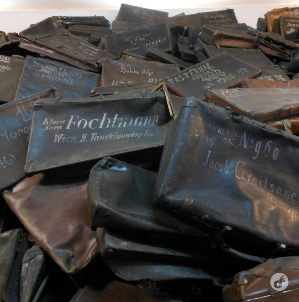 Imensas vitrines com pertences roubados pelo exército nazista, e acumulados em verdadeiras pirâmides.