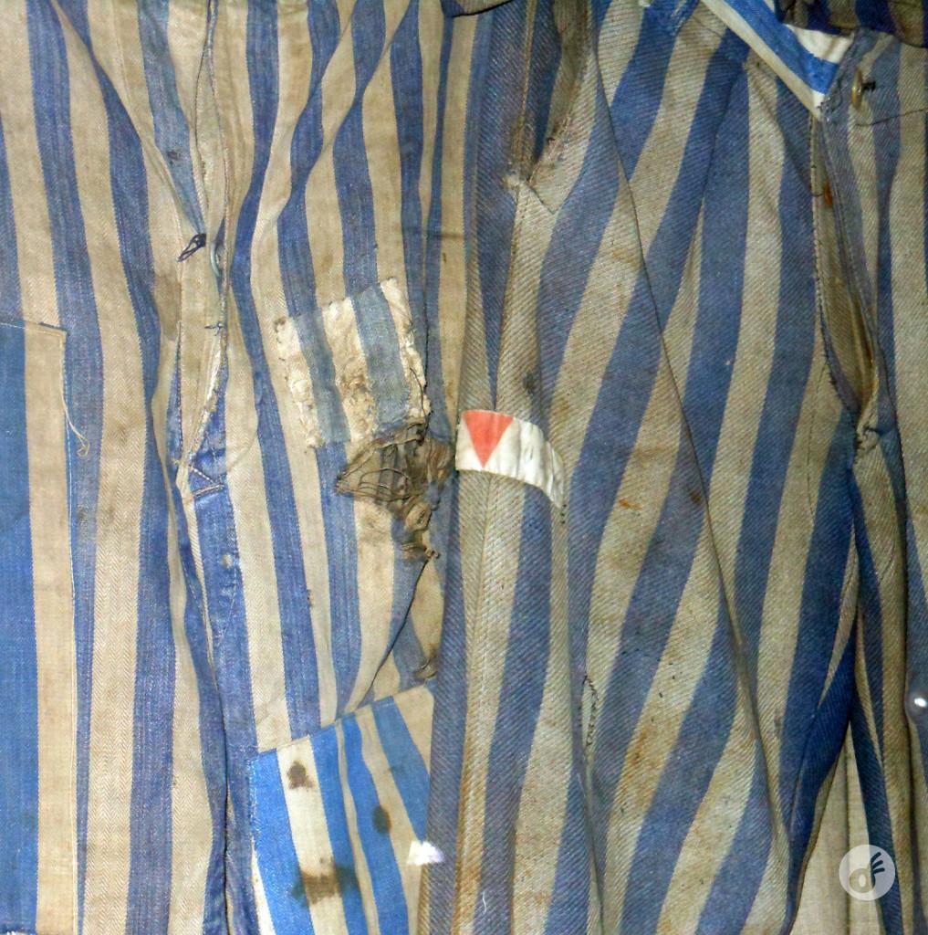 Alguns dos uniformes utilizados pelos prisioneiros.