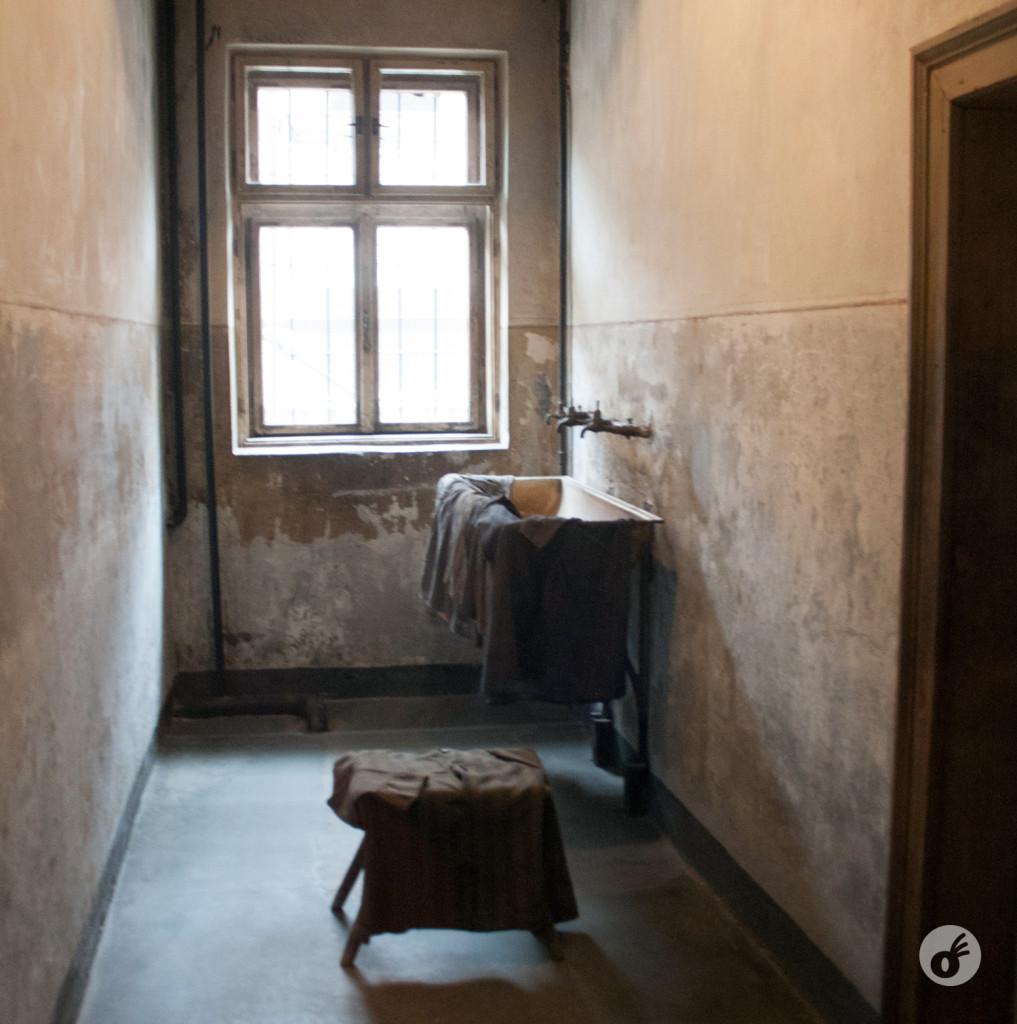 O local onde as mulheres tiravam suas roupas. De lá, eram conduzidas em pares até a área externa, onde eram executadas.