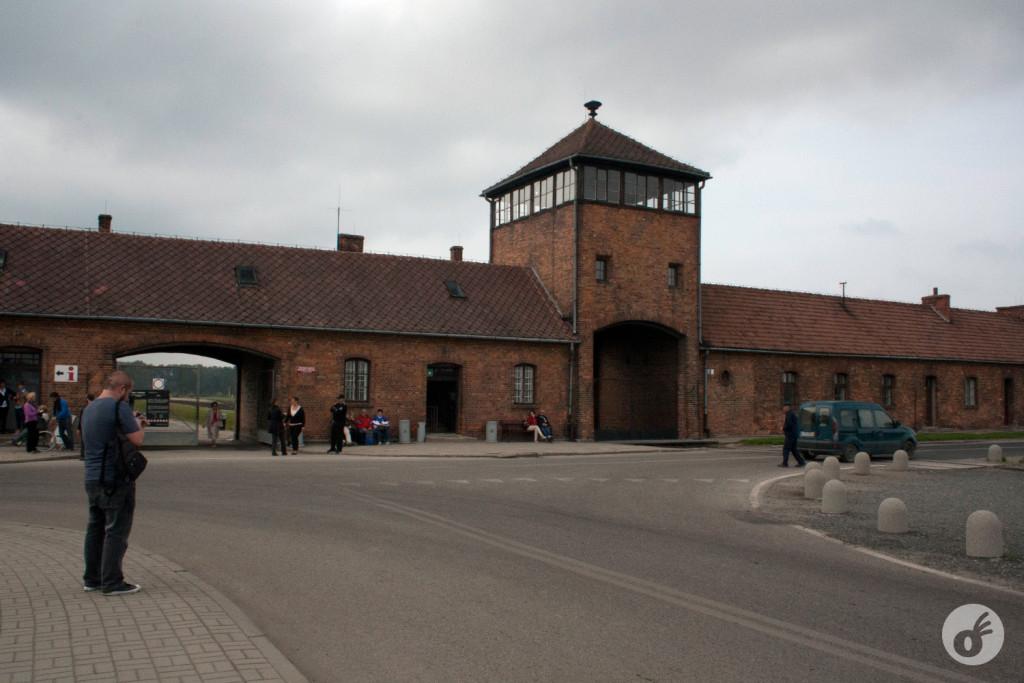 Em frente ao portão de entrada (e também a entrada dos trens, no período).