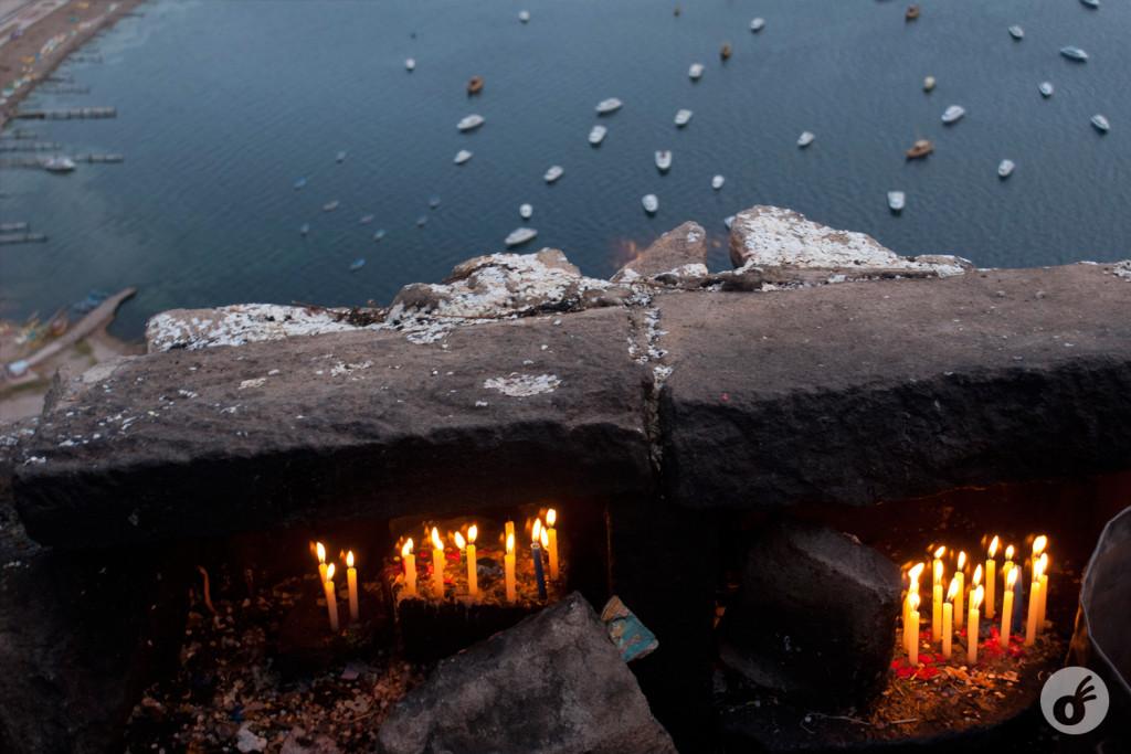 Enquanto a visão da baía se misturava às velas dos devotos.