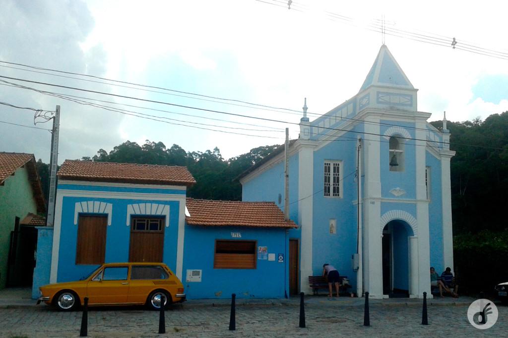 """...e essa combinação inacreditável de """"igrejinha azul mais Brasília amarela""""."""