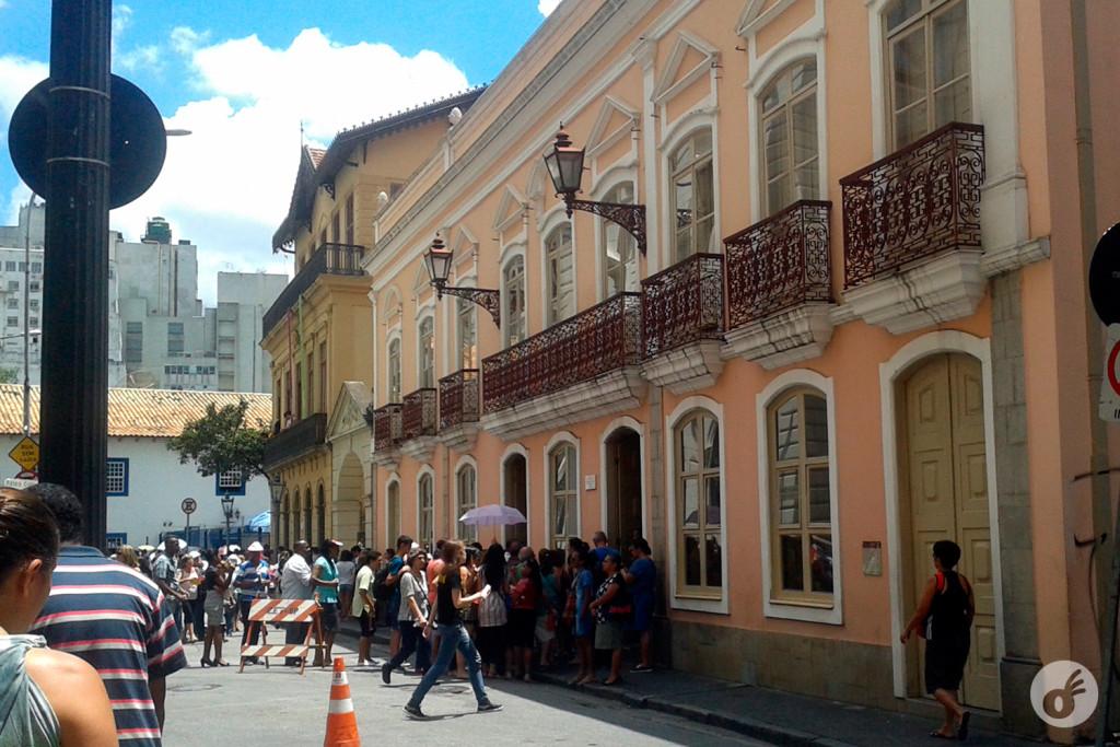 O Solar da Marquesa de Santos, e um pedaço da fila (que dobrava o quarteirão) de espera do trólebus.