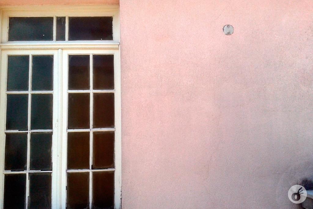 ...é possível observar também o cimento original e importado para sua construção - que sim, é rosa.