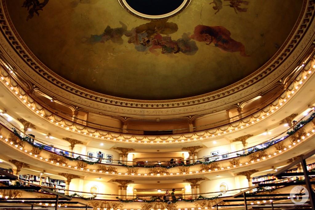 Destaque para a pintura do teto, de autoria do ítalo-argentino Nazareno Orlandi...