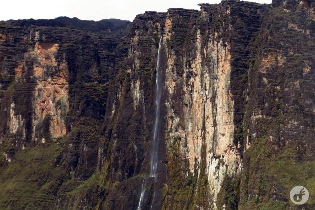 Ao lado, a cachoeira do Kukenán lá longe.