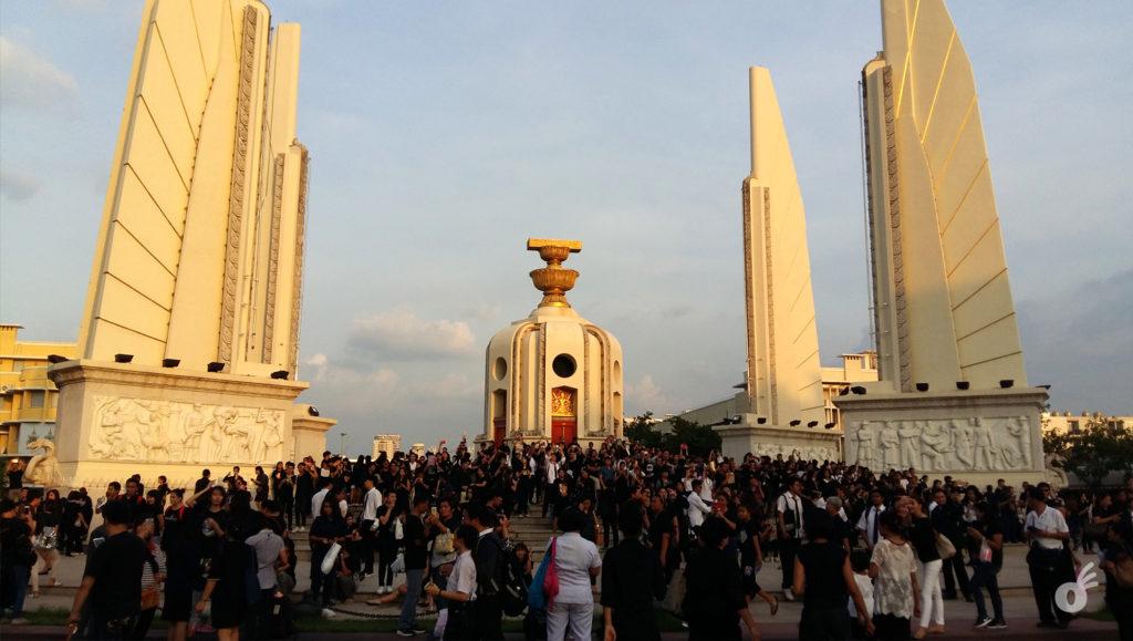 A aglomeração no Monumento à Democracia, já no final da tarde...